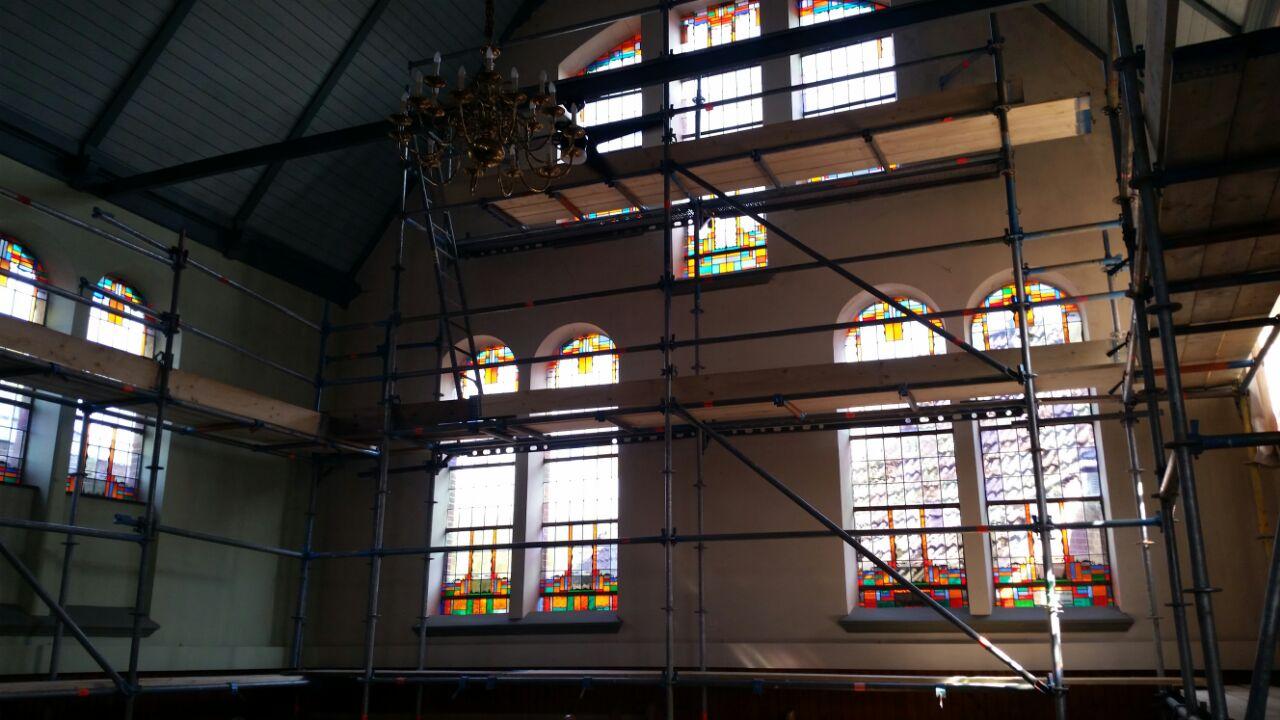 Binnen steigers Kerk Garrelsweer
